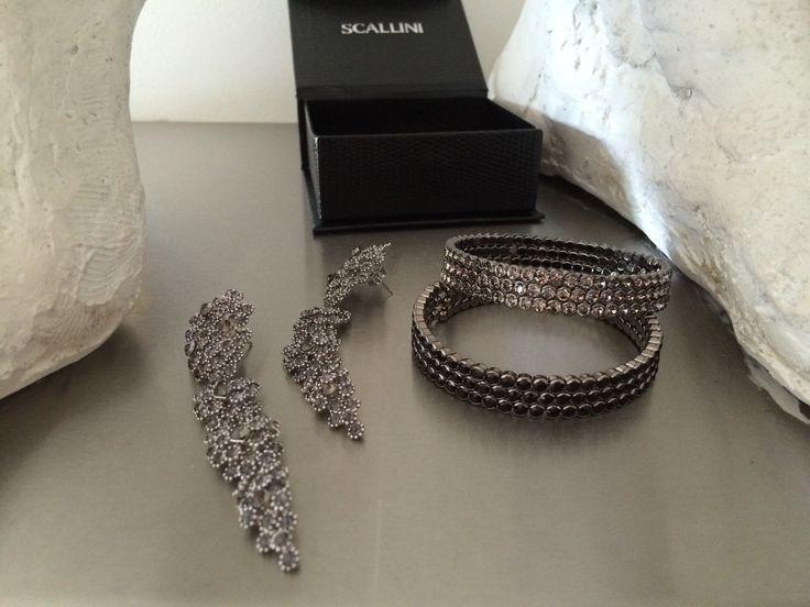 Jej wysokość szarość - elegancka, wyrafinowana, idealna. Tak jak biżuteria od SCALLINI: kolczyki FILZINI Grey oraz bransoletki CARNELLO.  Więcej na www.scallini.pl