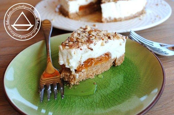 Torta allo yogurt con albicocche, granella di nocciole e sciroppo al miele e vaniglia   la barchetta di carta di zucchero