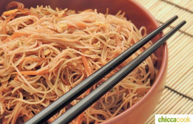 spaghetti di riso con verdure cucina orientale
