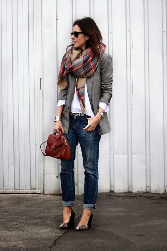 Karierter Schal, grauer Glencheck-Blazer, weißes Hemd, Boyfriend-Jeans, rote Tasche, Pumps aus Schlangenleder