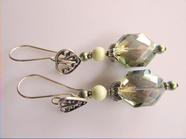 Oorbellen Margrete groen kristalglas facet met swarovski parels in olie groen en pastel lichtgroen. met aparte oorhaak met mooi ornament. geheel zilver.