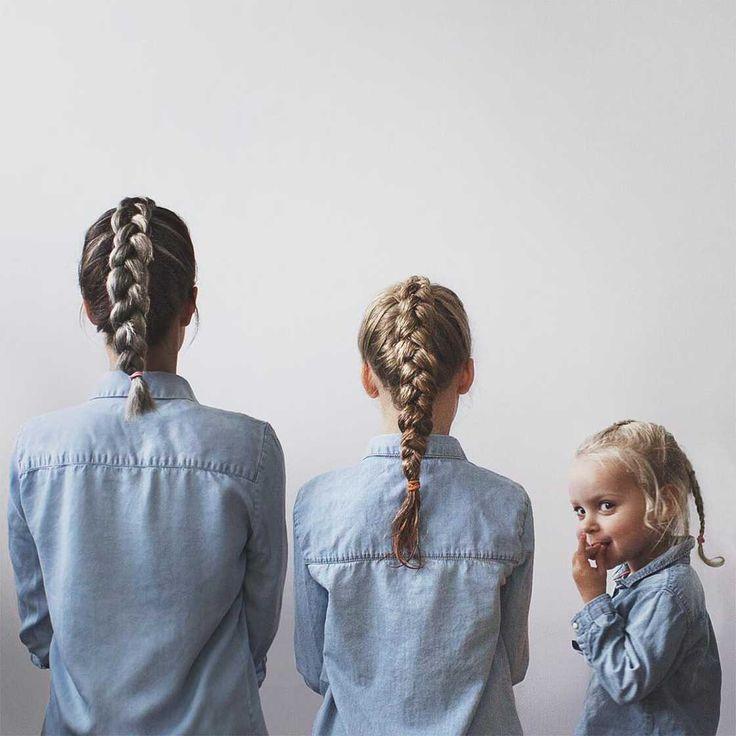 Mom and Girls – Elle pose avec ses deux petites filles dans des vêtements assortis