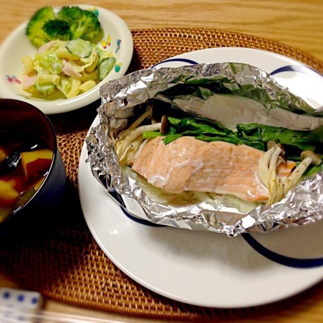 少しお料理をする元気が出てきた今日この頃。旬のお魚をメインに♡ *秋鮭のホイル焼き *鳴門金時とわかめのお味噌汁 *マカロニサラダ - 6件のもぐもぐ - 秋鮭のホイル焼き*10/8 by yukibo