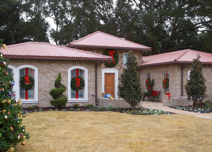 Christmas holiday exterior dressing decoration (Extreme Makeover: Home Edition – Gaston Family 2010)