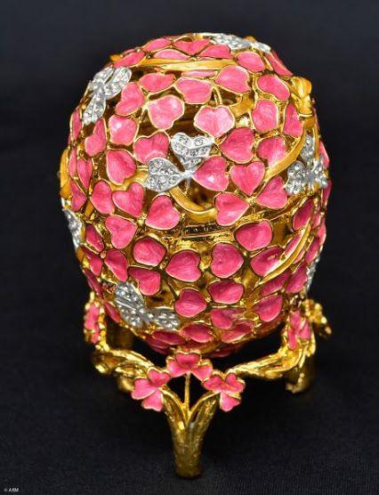 Porta Joias em metal dourado e esmaltado na cor rosa estilo FABERGÉ, med 9 cm