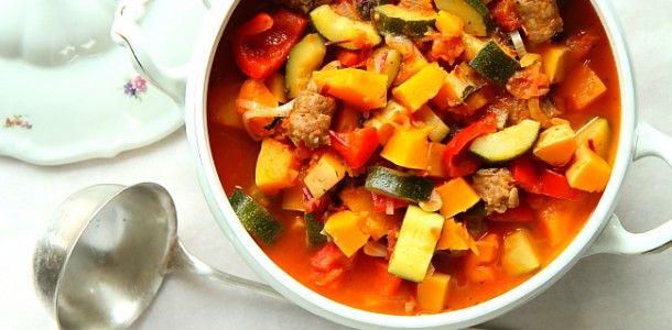Gulasz z dynią piżmową, cukinią i włoską kiełbasą | Facet i Kuchnia