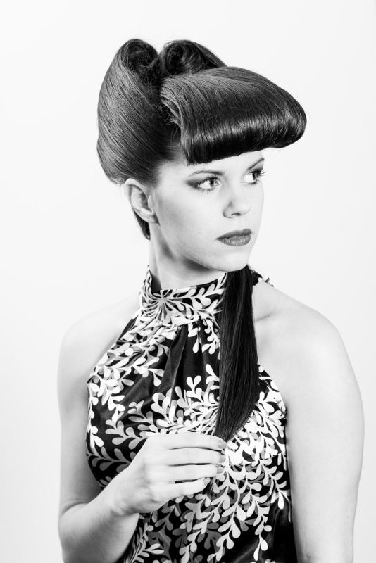 Extravagantní drdol od Senior Stylist Jany. / Eccentric hairstyle by our Senior Hairstylist Jana.