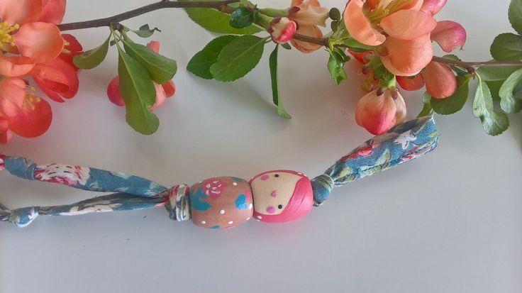 V+jarních+květech+schoulená+II.+přívěšek+z+ručně+malovaných+dřevěných+korálků+délka+obou+korálků+4+cm