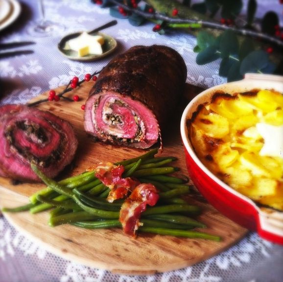 Een heerlijk gerecht waarbij je niet de hele kerst in de keuken staat is gevulde rollade. Dit ovengerecht maak je in een handomdraai klaar. Waardoor je lekk