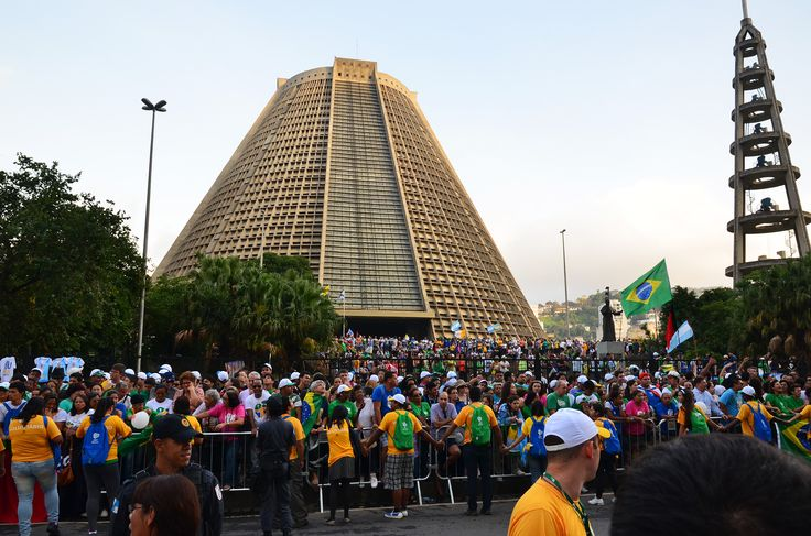 Waiting Pope Francis to the cathedral of St. Sebastian in Rio