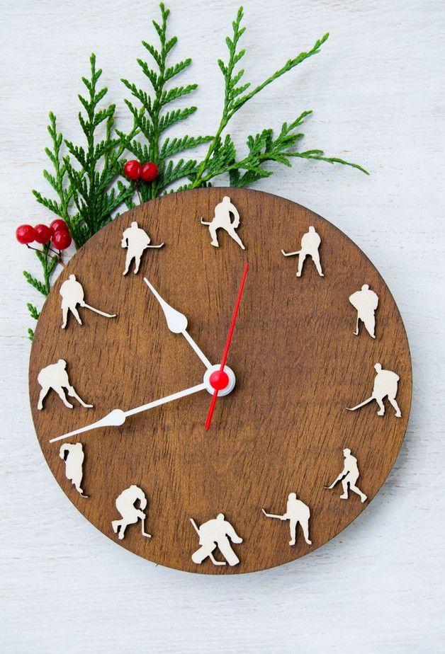 Die besondere Uhr für Eishockeyspieler: Wanduhr aus Holz. Geschenke kaufen von MustHaveGifts via DaWanda.com