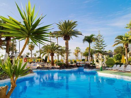 """H10 Las Palmeras  Gezellig en bruisend All Inclusive complex aan de wandelboulevard. De accommodatie biedt veel faciliteiten de sfeer is goed en het personeel erg vriendelijk. Het toeristische centrum """"Las Veronicas"""" met tal van winkels en amusementsmogelijkheden zoals bars en restaurant bevindt zich in de nabijheid van het hotel. Op Tenerife is tevens het mooiste en grootste waterpark van Europa! Het waterpark beschikt onder andere over diverse spectaculaire glijbanen crazyrivers een lagune…"""