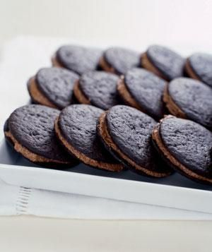 Makes 30 ganache sandwiches Ingredients 1 12-ounce bag semisweet chocolate chips 2 cups heavy cream 2 9-ounce boxes Nabisco Famous Chocolate Wafers Directions Melt the chocolate chips in the heavy ...