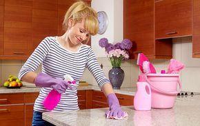 Utilidades do amaciante de roupas 1. Tapete novo Depois de higienizadas, as fibras de tapetes e carpetes ficam ressecadas e ásperas ao toque. Resolva isso colocando 1/2 tampa de amaciante em dois litros de água. Transfira o líquido para um borrifador e espalhe no tapete ou no carpete, massageando as fibras com os dedos (use …