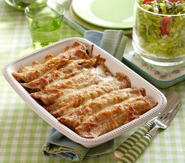 Skønne pandekager, der er fyldt med kylling og gratineret med ost