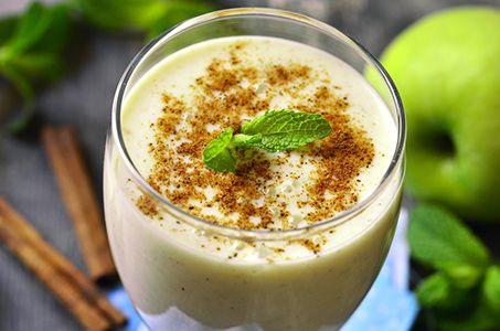 Der Apfel-Smoothie, der nach diesem Rezept entsteht, ist ein absoluter Genuss für die Geschmacksknospen. Dieser kinderfreundliche, frische Obst-Smoothie ist eine einfache Mischung aus Apfel, Milch, Jogurt, Mandeln und Honig. Die Zugabe von Zimt gewährt ein subtiles aber merkliches Aroma, das sehr gut mit dem allgemein süßen Geschmack harmoniert.  Zutaten:   1 großer Apfel, geschält, entkernt