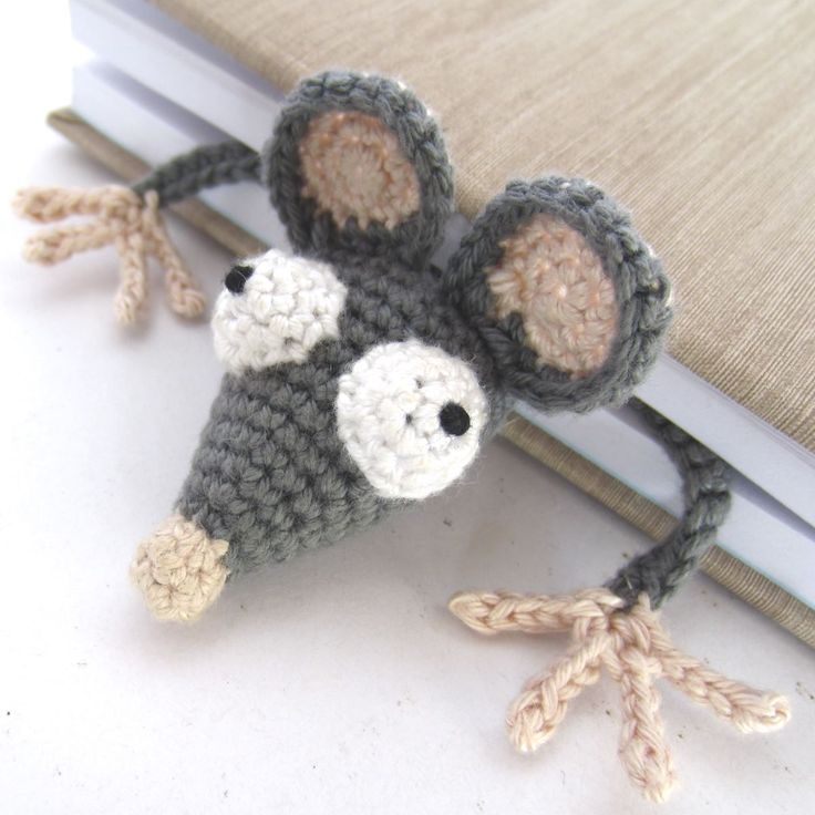 Rata de ganchillo marca punto de lectura   -   Amigurumi Crochet Rat Bookmark By Joma. Free Crochet Pattern (supergurumi)