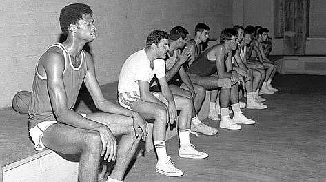 In primo piano Kareem Abdul Jabbar agli allenamenti con la maglia della Social OSA Milano nella palestra di via Copernico dai Salesiani. Jabbar uno dei più forti giocatori di ogni tempo e ancor'oggi detentore del record di punti segnati nell'NBA nel 1967 passò alcune settimane estive ad allenarsi a Milano subito dopo aver vinto il titolo universitario con UCLA dominando il campionato tanto che l'anno successivo la NCAA la federazione del basket universitario proibirà le schiacciate per…