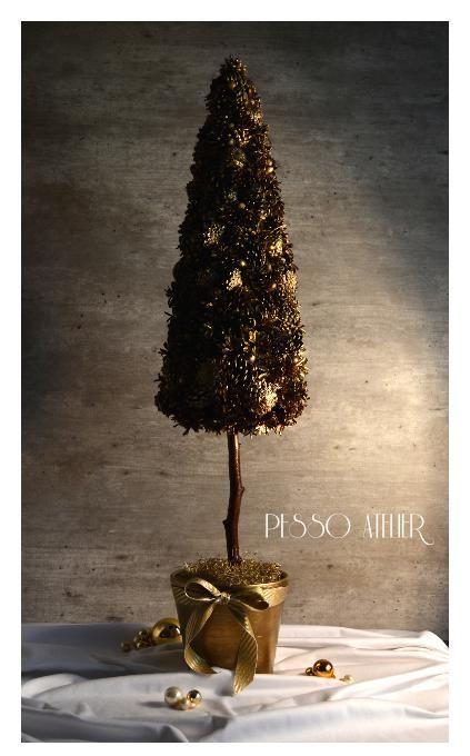 Świąteczne dekoracje Christmas decorations Świąteczne drzewko choinka ze złoconych szyszek