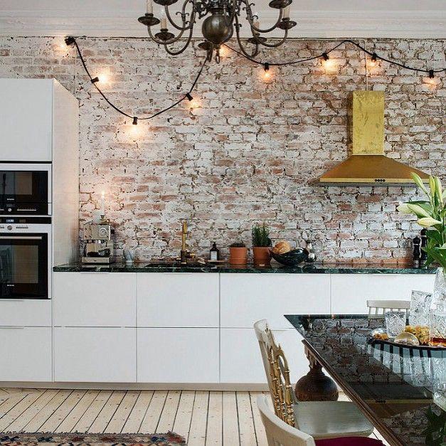 Goedemorgen! Een kijkje in deze eclectische keuken. Wat vind jij ervan? #keuken #kitchen #kok #bricks #brickwall #scandinavian #bolig #interieur #interior