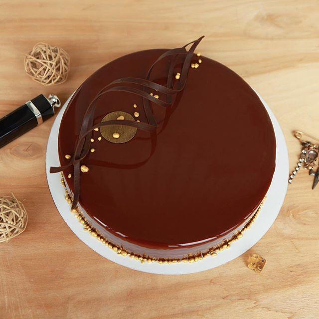 Мне кажется, любовь- это действие. Когда ты что-то делаешь для того, чтобы кто-то стал счастливее. Сегодня. Доброе шоколадное утро ☕️🍫 Внутри торта брауни с джандуйей и фундуком, карамельное кремю, хрустящий слой с пралине и вафлей, мусс с молочным шоколадом и джандуйей. За крутые золотистые криспы спасибо моим любимым @prokonditer ✨ #chocolate #tretyakovasheff #tretyakovadarya #третьяковадарья