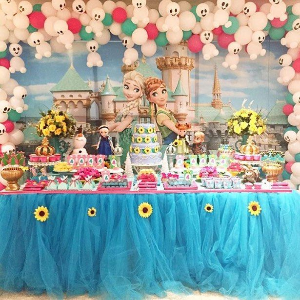 Decorations : Love these sunflower and tulle tablecloth and snowman balloons!