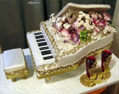 Tarta de cumpleaños con forma de piano y flores