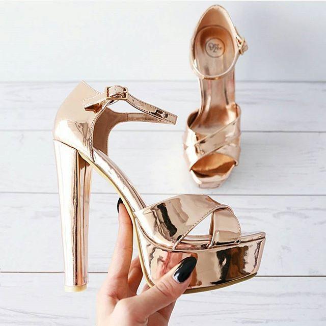 Quanto mi piacciono questi tacchi a specchio per le più modaiole sono perfetti anche con un paio di collant velati neri  comunque li trovate a 32€ circa su uno dei siti di scarpe che più preferisco! Vi sto parlando di @deezee_shoes