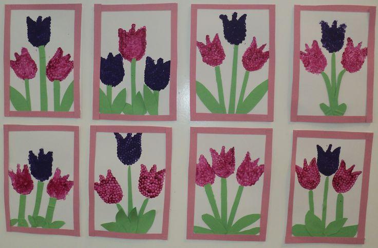 Tulipány - květy (ťupkání vatovou tyčinkou), stonky a listy (barevný papír)