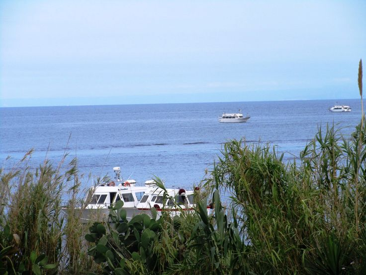 Lodě na moři u ostrova Stromboli - Itálie