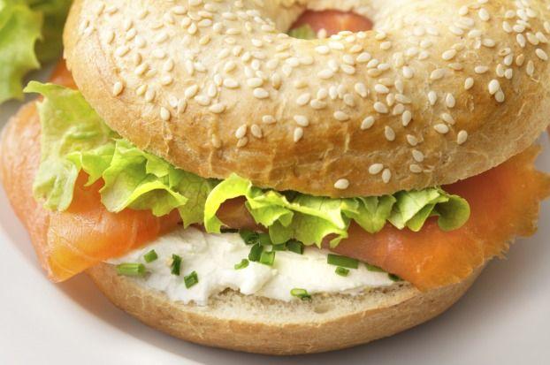 """750g vous propose la recette """"Bagel de saumon fumé et oeufs brouillés"""" publiée par marinemQ."""