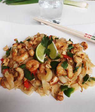 Pad Thai met garnalen. Heerlijk comfortfood wat makkelijk en snel te maken is. Het volledige recept voor dit Thaise recept vind je op de website.