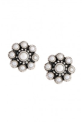 Flower stud earring with rawa work and pearls in bezel set.