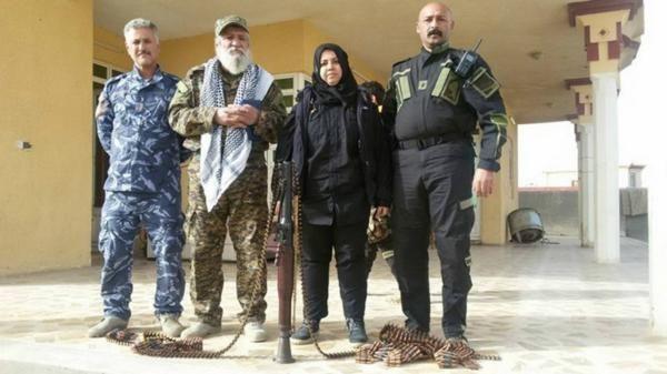 Desafiante,  Wahi Mohamed,  una mujer iraquí de 39 años que se hizo conocida bajo el nombre Um Hanadi,  se descubre el velo apenas un poco para mostraralgunas de lascicatrices que recibió