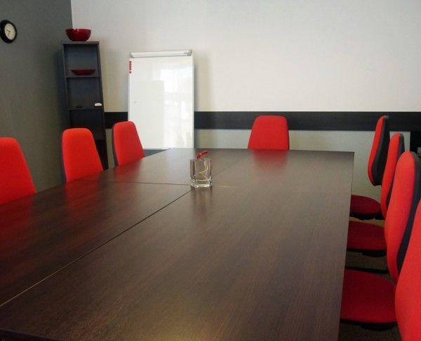 Sala konferencyjna we Wrocławiu, wyposażona w obrotowe krzesła tapicerowane oraz stoły w ułożeniu konferencyjnym #sale #saleszkoleniowe #salewroclaw #salaszkoleniowa #szkolenia  #szkoleniowe #sala #szkoleniowa #wrocławiu #konferencyjne #konferencyjna #wynajem #sal #sali #wroclaw #szkolenie #konferencja