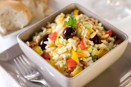 Salade d'orzo au basilic et aux fromages italiens     Cette salade de pâtes peut être préparée la veille. À défaut de fromage asiago, utiliser davantage de parmesan. En une autre occasion, ajouter une boîte de thon pour la transformer en délicieuse salade-repas.