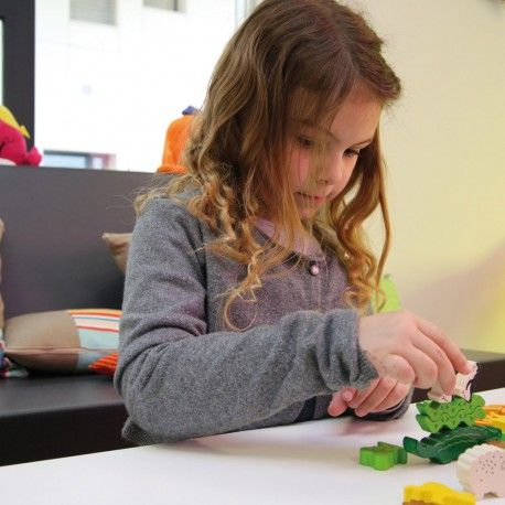 PYRAMIDES D'ANIMAUX CN414  Haba  Produit standard Un beau jeu d'empilage en bois. Chaque joueur doit, à tour de rôle, empiler ses animaux sur le crocodile. Mais attention, il faut faire preuve d'habileté et de stratégie pour que la pyramide d'animaux ne s'écroule pas ! Contient 29 animaux en bois colorés, 1 dé à symboles, 1 règle du jeu. Dim. des animaux : de 3,5 cm à 1 cm. Dès 4 ans.