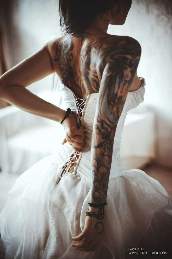 Who said girls with tattoos would not make beautiful brides? :)