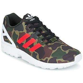 Adidas Originals er til for at erobre sneaker-verdenen med ultra-smarte modeller. Den grå farve og overdelen i  demonstrerer en veltænkt og moderne model.  Tekstil til foret og gummi til sålen: den har ikke noget at skjule.   Det er en model, der vil blive populær blandt genrens tilhængere. - Farve : KAMO - Sko Herre 739,00 Kr
