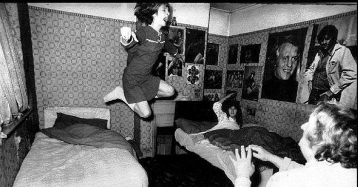 En la década de los 70, la familia Perron habitó en una granja en Harrisville (Rhode Island) donde vivirían los años mas espantosos de sus vidas. Desde que llegaron hasta que se fueron, la familia fue testigo de las manifestaciones paranormales que ocurrían en la solitaria y maldita casa.  Las manifestaciones generalmente eran por la noche, y siempre comenzaban con un llamado a la puerta tan fuerte que despertaba a todos los miembros de la familia, se podía percibir una niebla azul que…