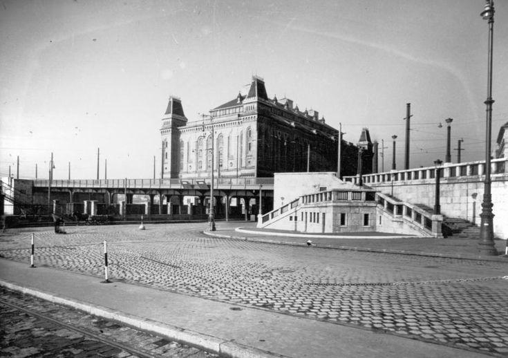 Boráros tér, háttérben az Elevátor-ház.