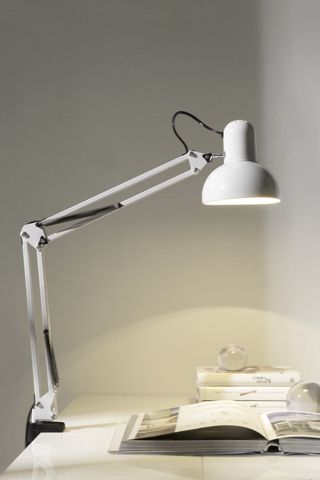Para los que trabajan en casa, los estudiantes, los amantes de la lectura... Nuestra lámpara LT3574 te proporciona buena iluminación y un diseño que nunca pasa de moda.  #DugarHome #decoración #hogar #interiores #interiorismo #iluminación #lámparas