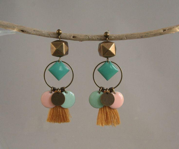 Boucles d'oreilles harlequin pastel rose nude, vert jade, pompon moutarde et laiton : Boucles d'oreille par vaninavanini
