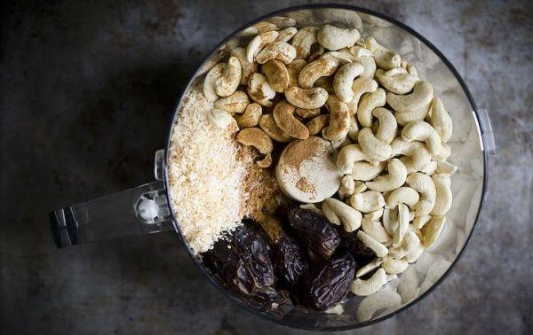 A datolya édessé, a kesudió ropogóssá teszi, a kókuszolaj összetartja és a kókuszvaj csodálatássá varázsolja ezt a vegán energiaszeletet.