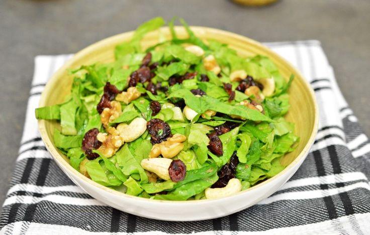 מתכון לסלט חגיגי ומומלץ לכל אירוח - סלט חסה, סלרי, חמוציות ואגוזים   מצרכים:  10 עלי חסה ג