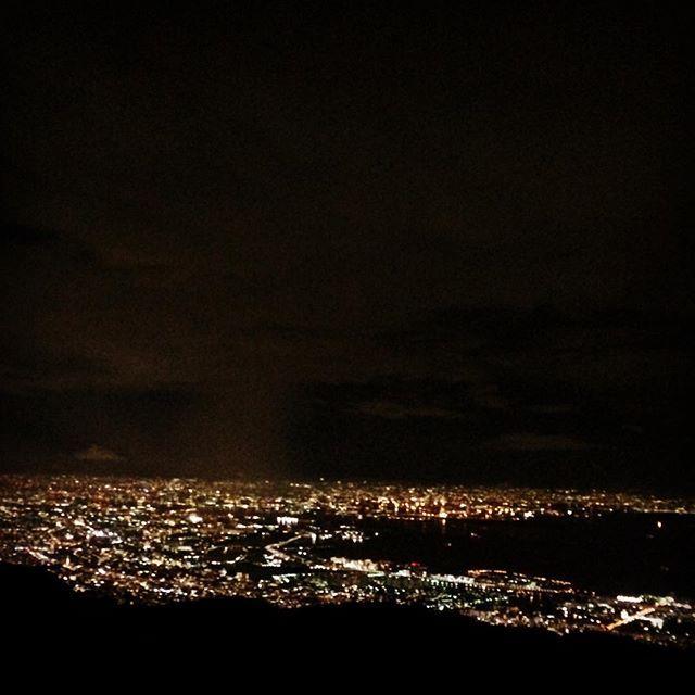 Instagram【y.mahalo】さんの写真をピンしています。 《#六甲山 #夜景 #六甲ガーデンテラス #裏六甲 #10年以上ぶり  いっつも急に誘ってくる元カレが、なぜか急に行こうと言い出したのがココ。恋人やら若者がおるなか微妙な距離感で相談に乗る。めっちゃ嫌いで別れたのに何で相談に乗ってるんやろって思いながらも夜景の綺麗さに感動した〜!元カレは友達に戻れない私の唯一の元カレやけど友達と思えるようになった(^^)♬今日も出た名言「友達の元カノが私の元カレの今カノ」笑。》