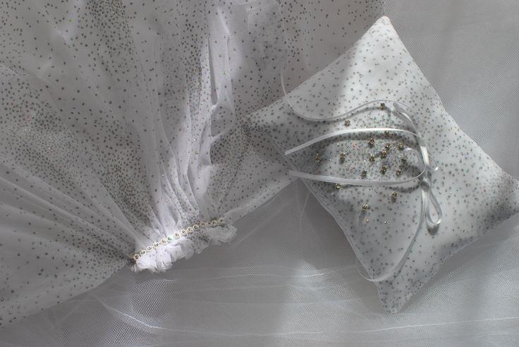 Cuscinetto ricoperto di tulle glitter e swarowsky abbinato al velo Favole di Seta Sartoria Torino