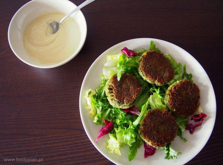 Falafel, czyli pyszne kotleciki z ciecierzycy podane na talerzu sałat + domowy sos tahini