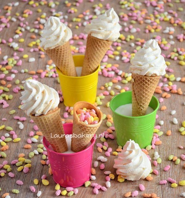 Gweldige Traktatie ijsjes: ijshoorntjes met manna's en schuimpjes via @Laura Jayson Jayson Jayson Jayson Jayson Jayson Jayson's Bakery