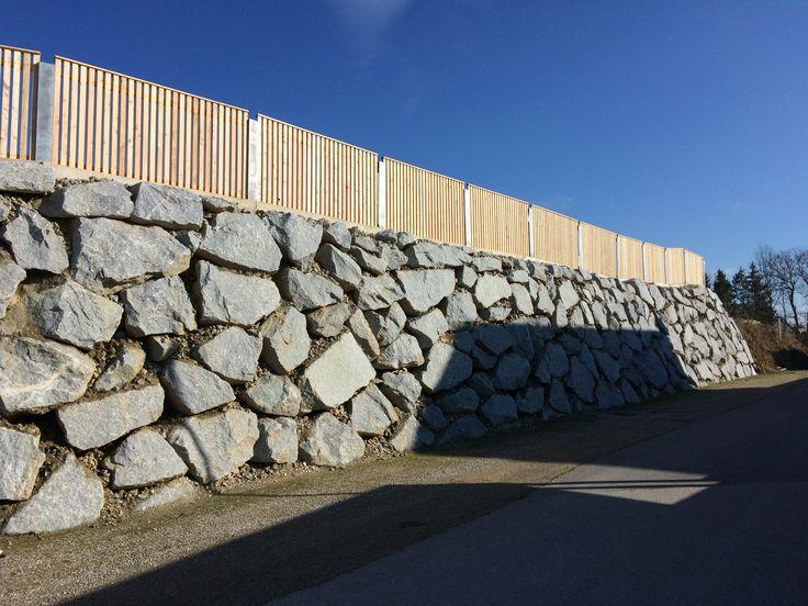 moderner holzzaun und steinmauer wurfsteinmauer mit